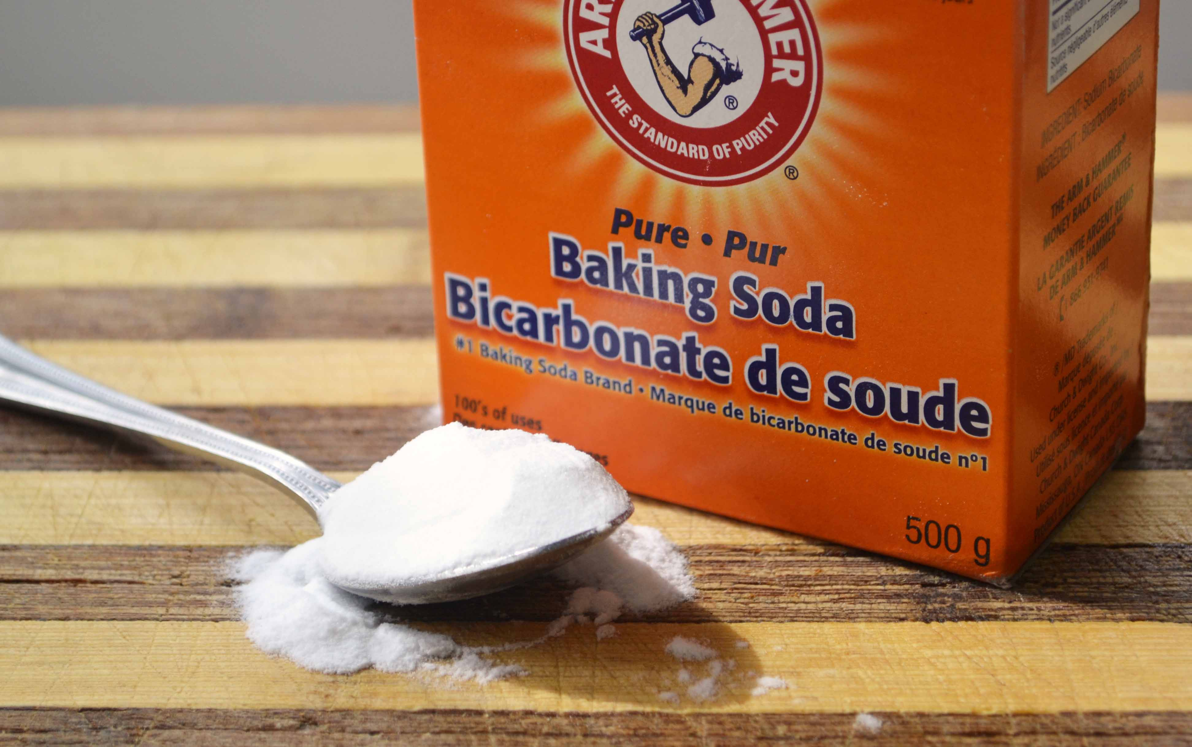 /www.healthyfoodhouse.com/wp-content/uploads/2015/01/how-to-use-baking-soda -to-clean-face-skin-clean-your-hair-whiten-your-teeth.jpg